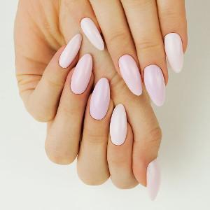000906da07b062 Panuje zatem trend na paznokcie ślubne pełne blasku, z metalicznym połyskiem  lub też z dodatkami w kolorze beżu, bieli, złota, srebra czy różu.